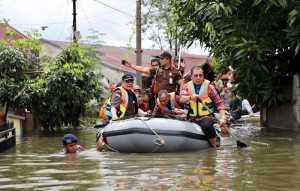 Wali Kota Makassar Mohammad Ramdhan 'Danny' Pomanto mendayung perahu karet memantau ratusan rumah yang masih terendam banjir
