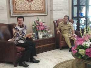 Inspektur Jenderal Kementerian Luar Negeri, Rachmat Budiman, berkunjung ke kediaman Wali Kota Makassar Ramdhan Pomanto di Jalan Amirullah, Senin 11 Februari 2019.(terkini.id/kamsah)