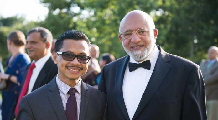 Imam Besar Masjid New York, Shamsi Ali (kacamata hitam)