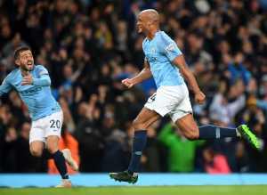 Selebrasi gol Manchester City, Vincent Kompany, dalam laga melawan Leicester City, Senin 6 Mei 2019.(twitter.com/man city)