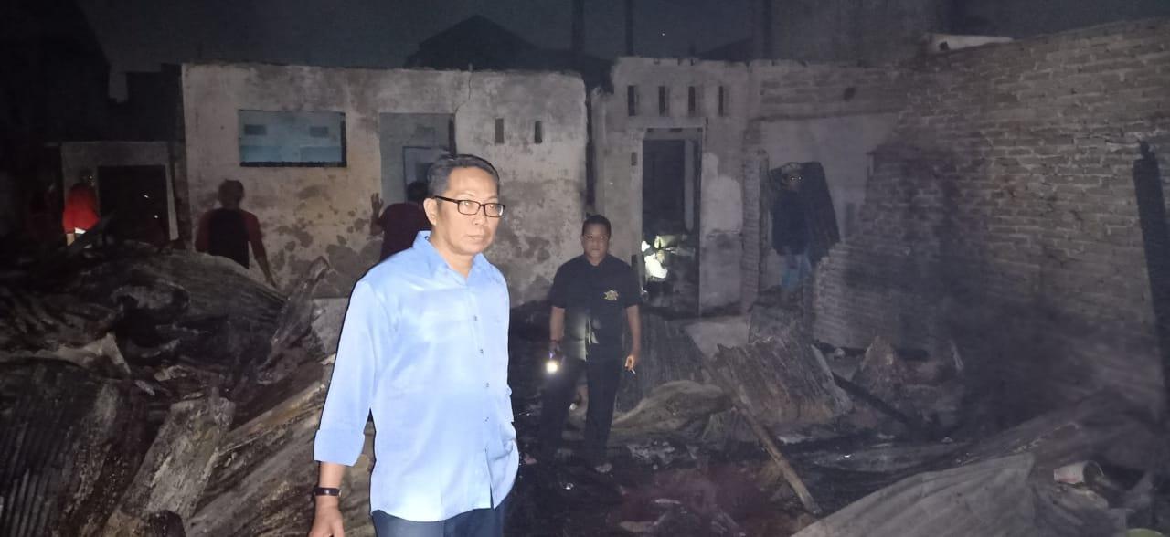 Kepala Dinas Perumahan dan Kawasan Permukiman Kota Makassar Fathur Rahman bersama Dinas Sosial Kota Makassar mengunjungi korban kebakaran di Jalan Baji Pamai 3, Kecamatan Mamajang