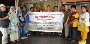 Muchlis Patahna dan Beberapa Rombongan KKSS Saat Memberikan Bantuan Kemanusiaan di Papua