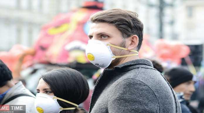Warga Italia memakai masker di tengah merebaknya wabah corona.