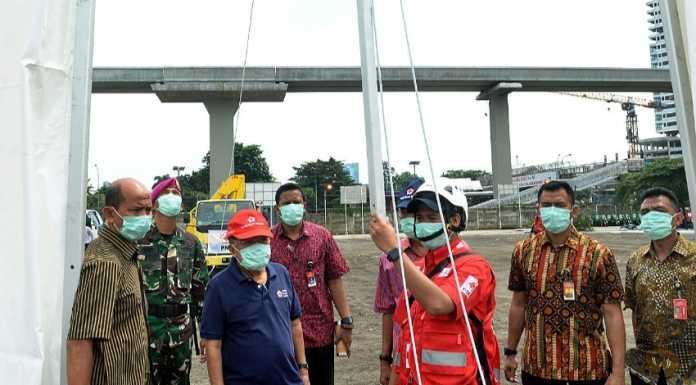 Ketua Umum Palang Merah Indonesia Jusuf Kalla memantau pelantikan penggunaan alat pelindung diri untuk relawan PMI