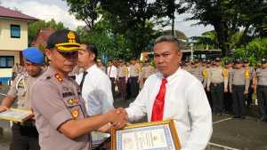 Kepala Kepolisian Resor Pangkep AKBP Ibrahim Aji, memberikan penghargaan kepada lima anggotanya yang berprestasi dalam melaksanakan tugas kepolisian
