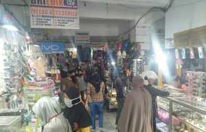 Di tengah mewabahnya Covid-19 di Kabupaten Sidrap, warga masih memadati pasar Sentral Pangkajene,