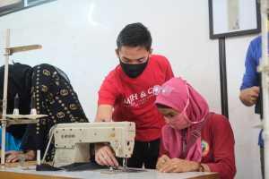 Para istri pelaku ojek online mitra grab dilatih menjahit masker di tengah Pandemi.(ist)