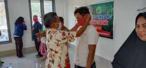 Usai pengumuman kelulusan siswa sekaligus memperingati Hari Pendidikan Nasional tanggal 2 Mei 2020. Sekolah di UPT SMKN 5 Pinrang memilih membagikan masker dan cairan antiseptik kepada siswa dan warga
