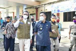 Gubernur Sulawesi Selatan Nurdin Abdullah berkunjung ke Kabupaten Maros menyerahkan berbagai bantuan penanganan Covid-19