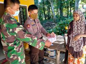 Daeng Saralia, warga Lingkungan Parang, Kelurahan Lanna, Kecamatan Parangloe mengembalikan uang BLT