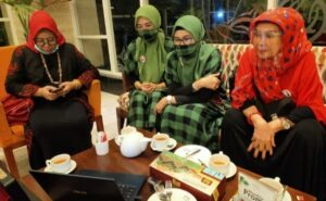 Istri pasangan calon nomor urut 3 Pilkada Bulukumba kompak menyaksikan suami mereka debat kandidat, Four Points by Sheraton Makassar, 23 November 2020