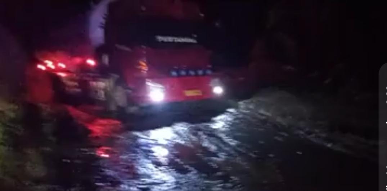 Mobil Pertamina terperosok di Jalan trans Sulawesi menuju ke Mamuju Sulbar/ tangkapan layar